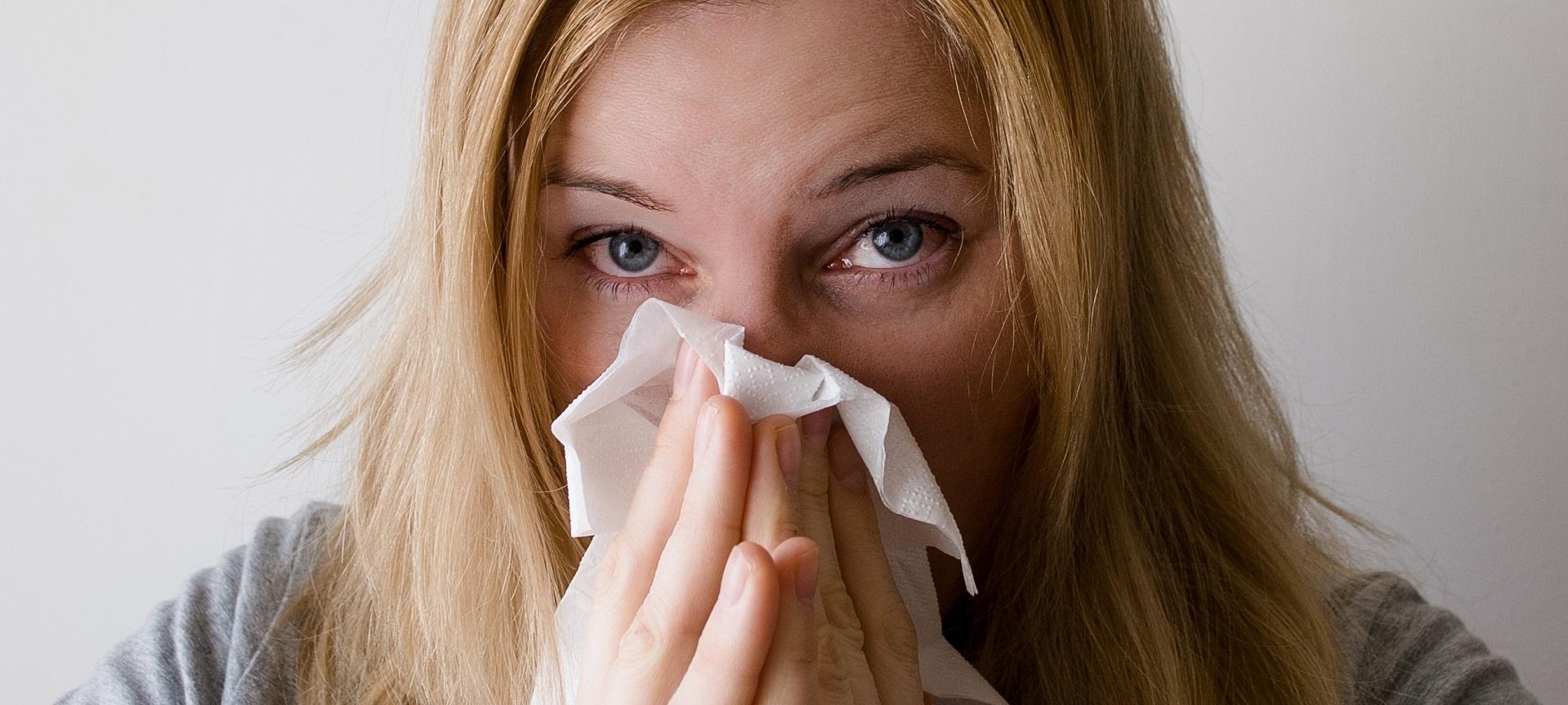 foto van verkouden vrouw -10 tips om snel van je verkoudheid af te komen